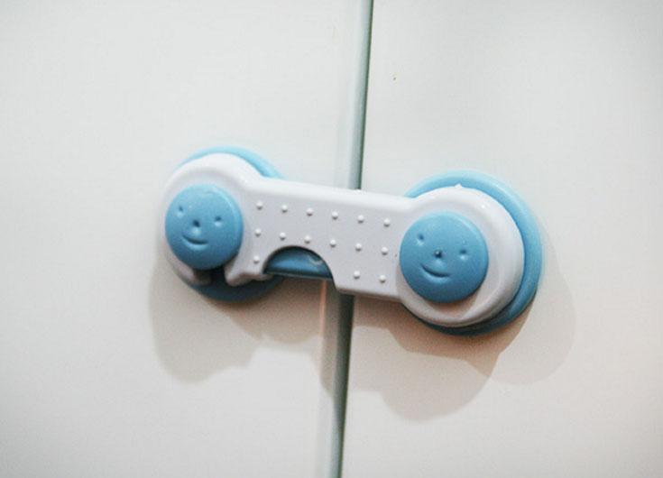 Dụng cụ khóa tủ cho bé