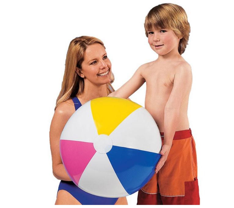 Với quả bóng bơm hơi cùng với các trò chơi truyền thống trên biển hay trong bể bơi giúp bé có những