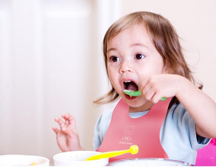 yếm nhựa tập ăn cho bé