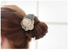 Cột tóc hoa hồng phối lá