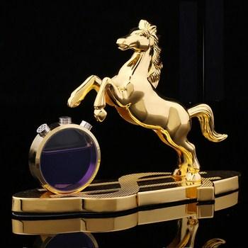 Nước hoa để xe hơi hình ngựa vàng
