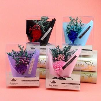 Hộp quà bó hoa cỏ và cẩm chướng